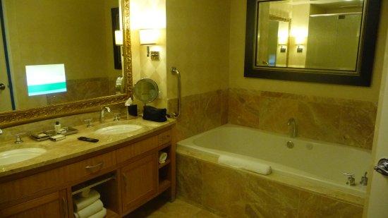 tv bildschirm im spiegel picture of trump international hotel las vegas las vegas tripadvisor. Black Bedroom Furniture Sets. Home Design Ideas