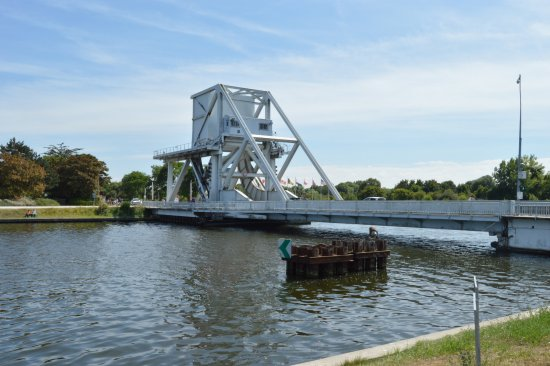 Benouville, Francia: Pegasus Bridge-what we were there to see viewed from the restaurant.