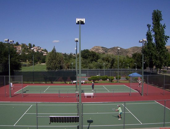 Ramona, CA: Lighted tennis courts - complementary equipment rental