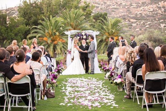 Ramona, Kaliforniya: Outdoor waterfall wedding site