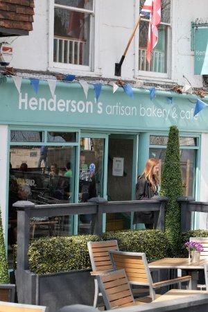Henderson's Artisan Bakery & Cafe: sunny pavement cafe