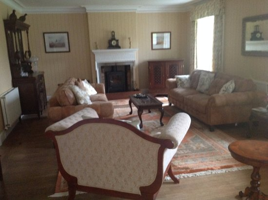 Walkerburn, UK: Lounge with log fire