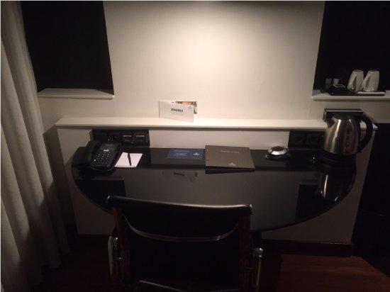 Hilton Madrid Airport: Room desk