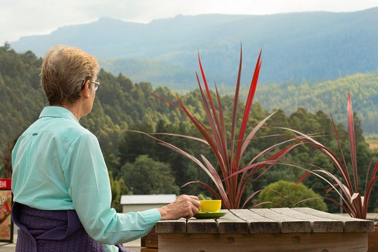 Maydena, Australia: Enjoy the views to Mt Field and Tyenna Peak while you sip a fantastic Tassie Roast coffee