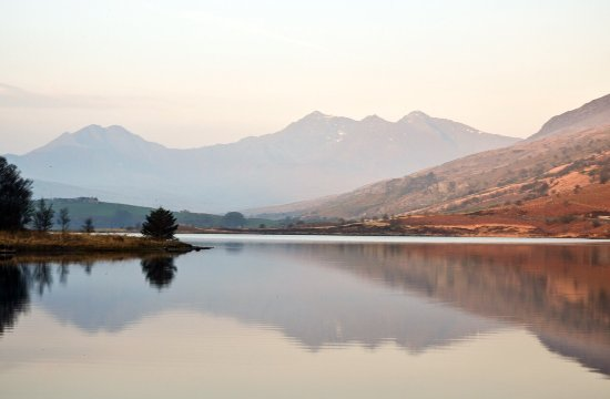 Glan Llugwy Guest House: Early morning light on The Snowdonia Massif.