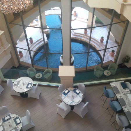 Hilton Malta: Looking down from reception over the Oceana restaurant
