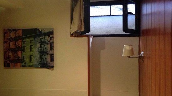 Hostal Don Pedro: La ubicación buena y trato muy bueno,pero instalaciones muy poco cuidadas y habitaciones en semi