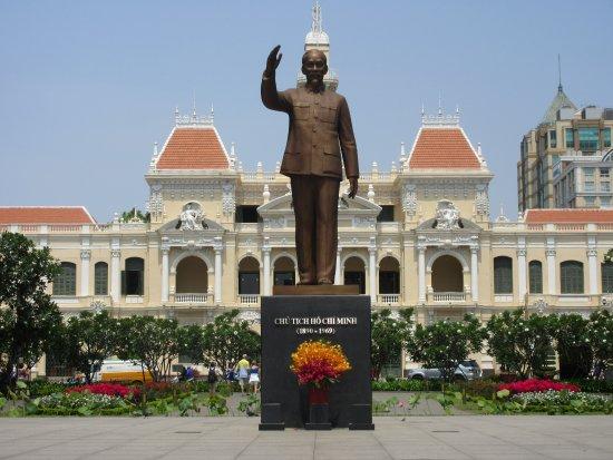 La statue d 39 ho chi minh face l 39 ancien hotel de ville de - Piscine ho chi minh ville ...
