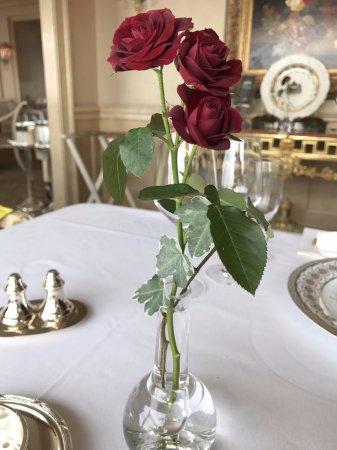 Le Ciel : テーブルのバラの花