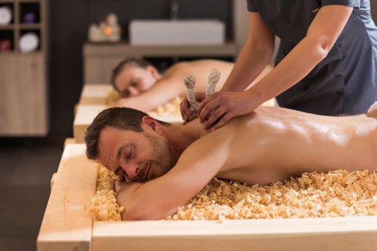 Weissenstadt, Allemagne : Kräuter-Stempel-Massage auf der Zirbenliege