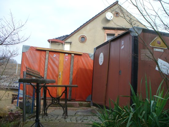 Lunzenau, Germany: Das Kofferhotel , zwei Koffer mit Doppelstockbett und Sanitärzelle