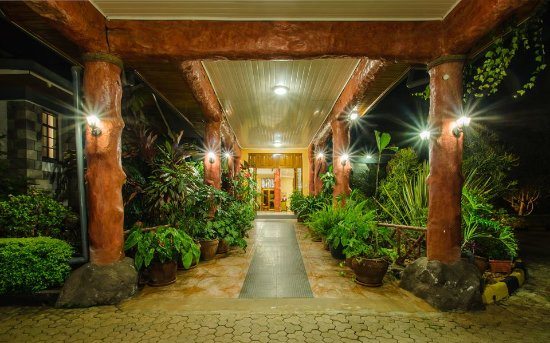 Cold Springs Karen Boutique Hotel: Our main entrance by night. The plants greet you to a fresh welcome and give a serene sensation.