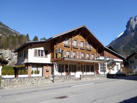 Innertkirchen, Schweiz: Frontansicht des Hotel Alpina.
