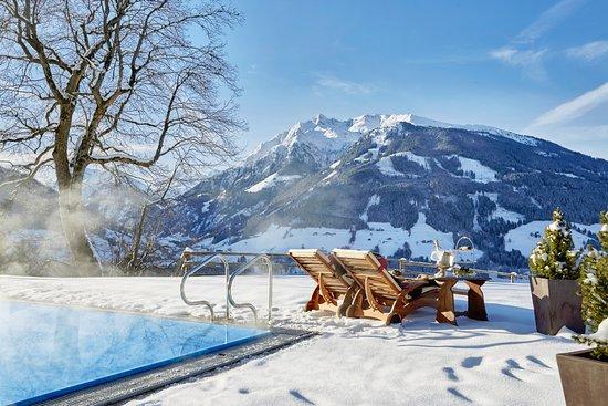 ganzjährig beheizter Aussenpool Winter - Bild von Schloss Mittersill ...