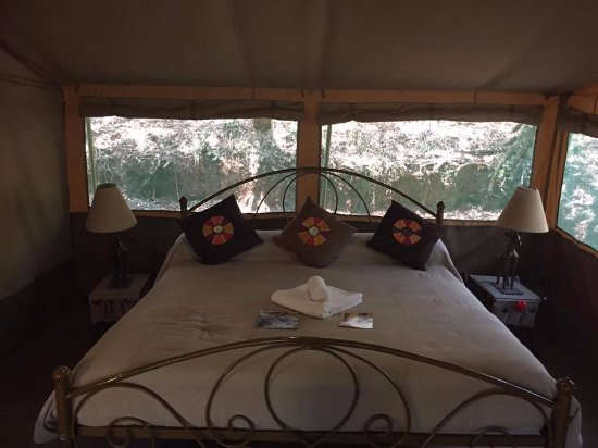 Nairobi Tented Camp: Very comfortable mattress and bedding