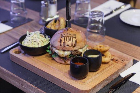 Le Burger Du Mois D Avril The Juicy Burger Sur Sa Planche En Bois