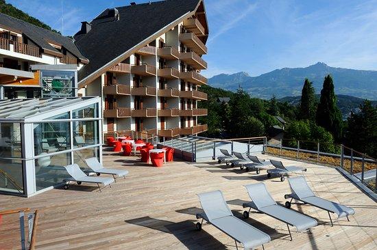 Chorges, France: solarium avec vue panoramique sur les montagnes et le lac