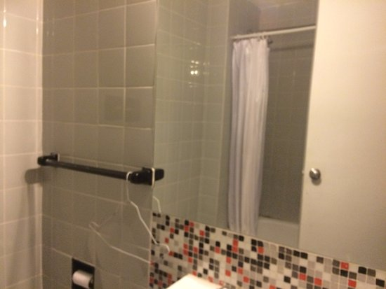 Hostel Suites Florida: Banheiro, falta mais limpeza!
