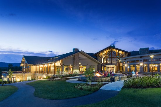 Carroll Valley, PA: Enjoy an evening outside the Highland Lodge at the fire pit