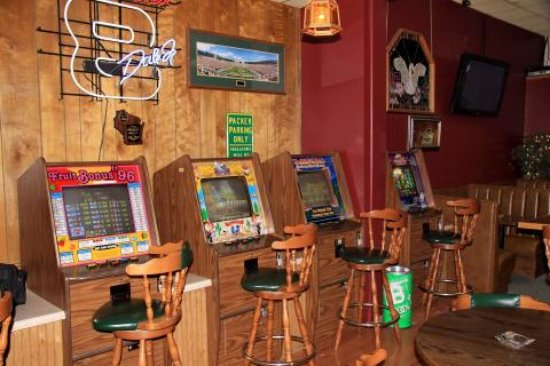 Belknap Liquor & Lounge: Slot machines available if you're a gambler