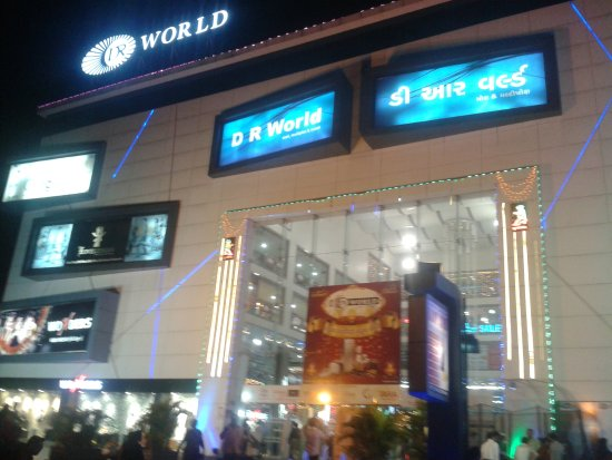 Surat, Indien: The front picture of Mall taken during Diwali festival.