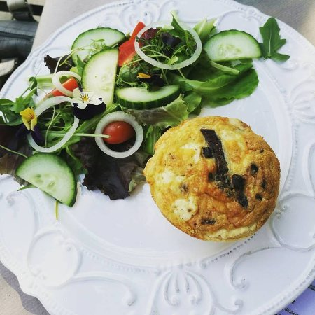 Magaliesburg, Sudáfrica: Delicious Biltong & Feta Quiche with side salad