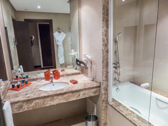 Palais Medina & Spa: bañera y lavabo, albornoz