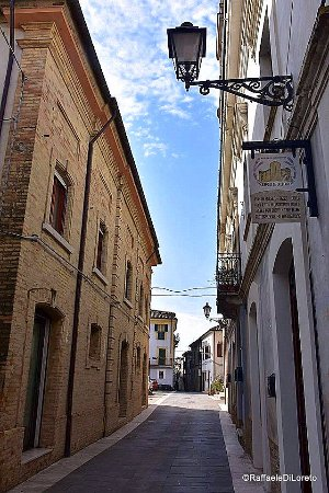 CRECCHIO via principale del centro storico quì troviamo SAPORI DI CRECCHIO