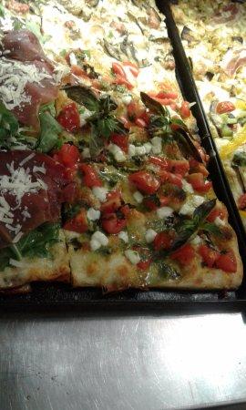 Lanuvio, Italy: Pizza con pesto alla genovese pachino e basilico fresco