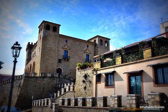 Crecchio, İtalya: castello ducale qui trovò rifugio il re durante la fuga da roma