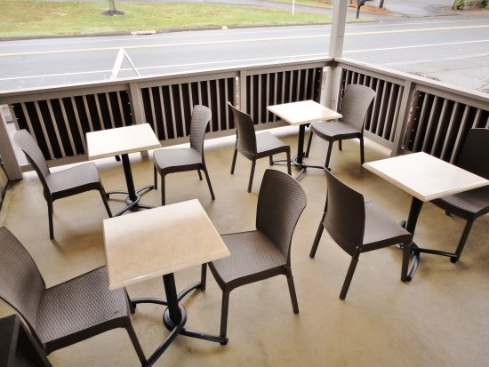 Trumbull, Коннектикут: Outdoor patio seating