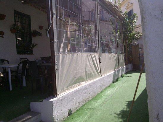 Schiazzano, Italy: sala esterna con tende antivento