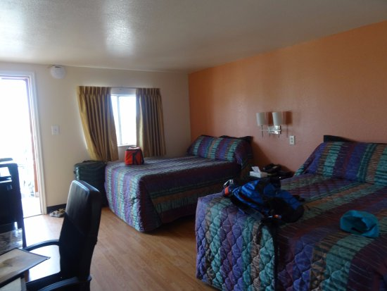 Circle D Motel : Another view of our queen beds