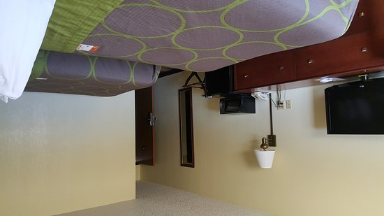 Oskaloosa, IA: Gust room with new paint and carpet