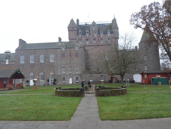 Гламис, UK: Glamis Castle from the back