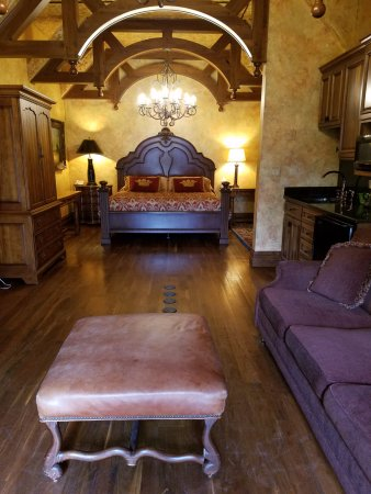 Loudonville, OH: Interior of Hardesty Suite