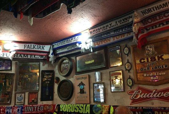 Red Lion Pub: Sciarpe