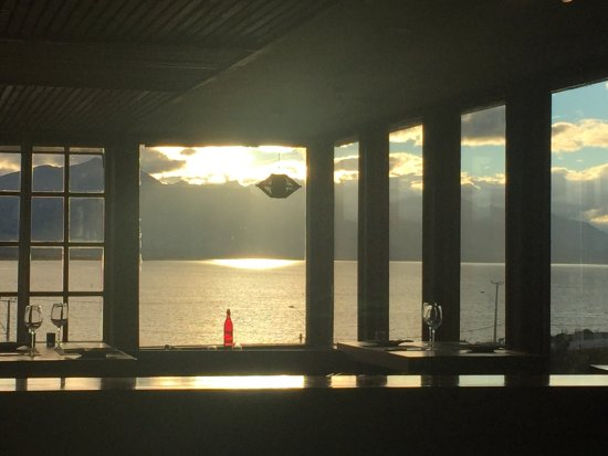 Weskar Patagonian Lodge: Sunset view from the restaurant.