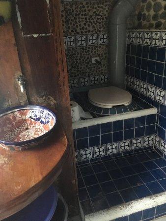 Eco-Hotel El Rey Del Caribe: Courtyard bathroom: pretty and clean!