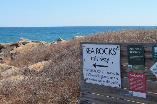 Rockport, MA: I could sit all day on the Sea Rocks just watching those waves