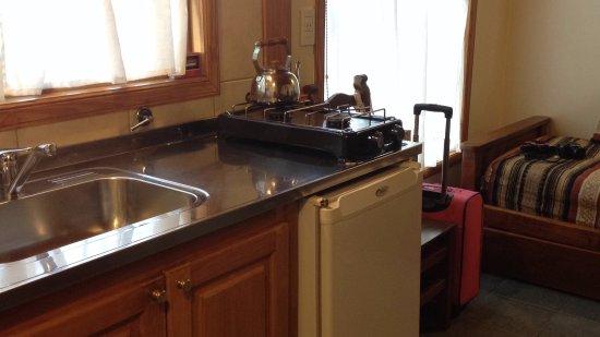 La Posta Hostel: Foto de la cocina comedor, en el fondo se ve una cama individual