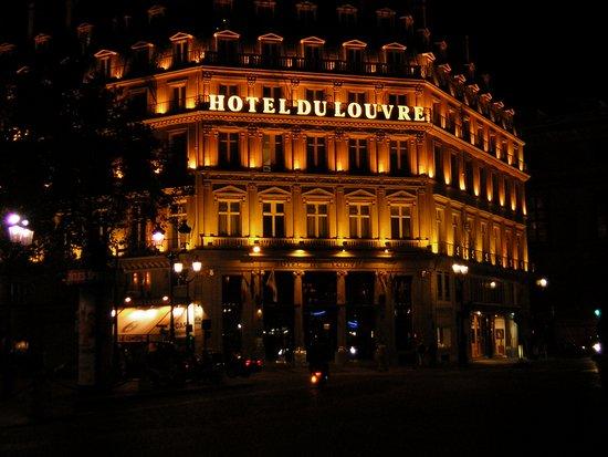 โรงแรมดู ลูฟว์: Paris - Hotel du Louvre - Facing the Square at Night