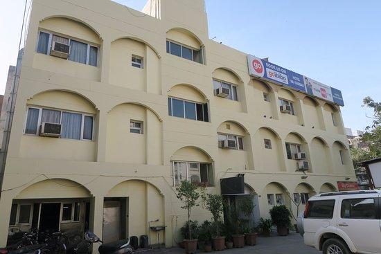 Raj Darbar Hotel: Hotel with parking area...