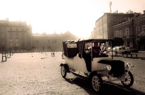Krakow Sightseeing in Retro Car