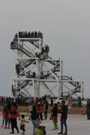 White Desert: Looking tower filled with people wanting a glimpse