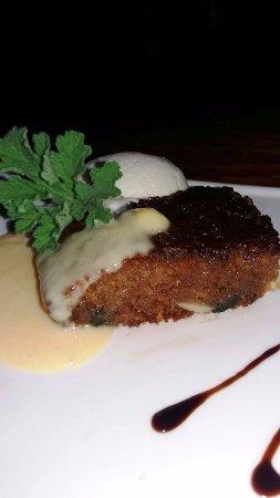 Upington, Sudáfrica: Traditional Malva Pudding with green figs & pecan nuts