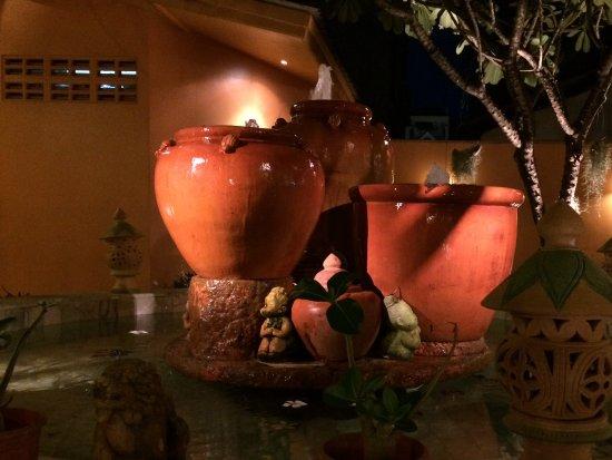 Papaya: Fountain center of restaurant