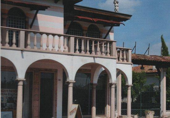 Bovolone, อิตาลี: Store front, street view