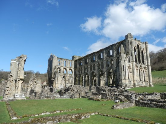 Helmsley, UK: One of the stunning views of the abbey ruins.