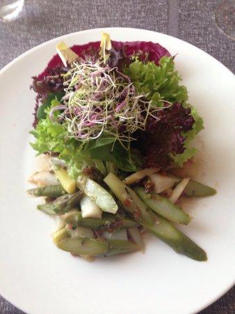 Niederhasli, Suíça: Gestern abend genossen wir feines Essen. Vom Salat übers Fleisch bis zum Dessert alles hervorrag